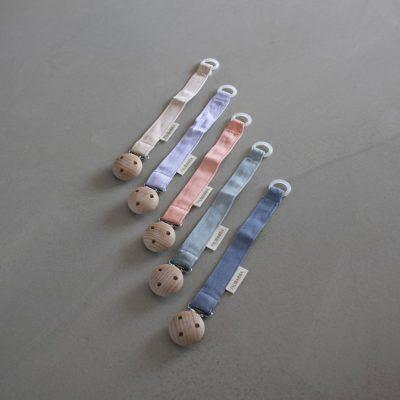 Material: algodón orgánico, detalle en madera El clip está libre de níquel Largo 20 cm El clip debe usarse solo en la ropa Cumple las normas de seguridad europeas Limpiar con un paño húmedo Sirve para todos los chupetes con y sin anilla