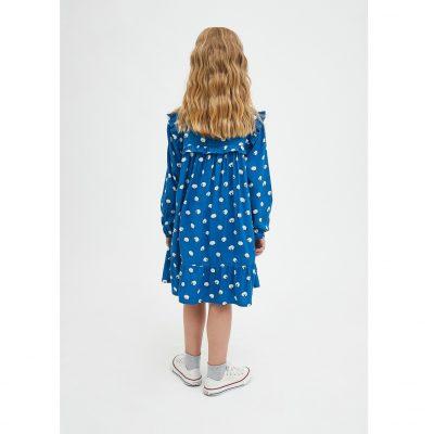 El Vestido Amplio de Niña con Animal Print de Ovejas es un vestido camisero de manga larga.